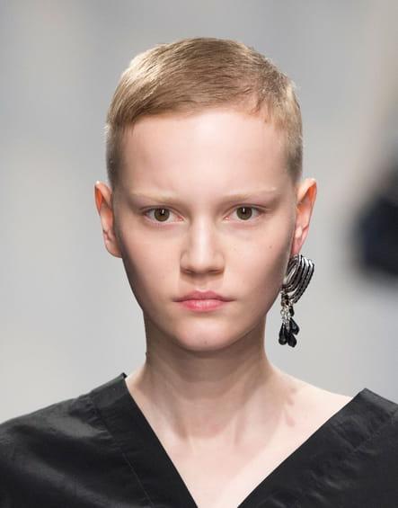 La boucle d'oreille oversize unique du défilé Jil Sander