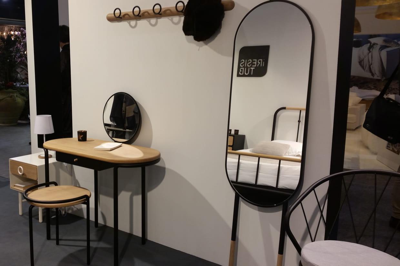 ensemble coiffeuse miroir sur pied par les iresistub. Black Bedroom Furniture Sets. Home Design Ideas