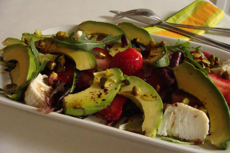Salade de fraises et d'avocat au chèvre, roquette et pistaches