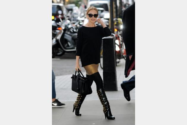 """Kylie Minogue et son """"Sac de Jour"""" de Saint Laurent"""