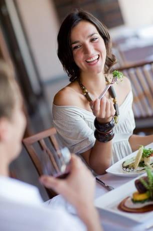 manger à table permet de faire davantage attention à sa sensation de satiété.