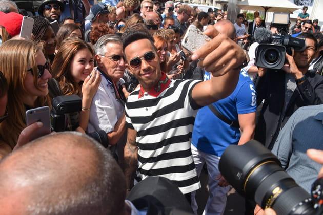 Mission selfie pour Lewis Hamilton