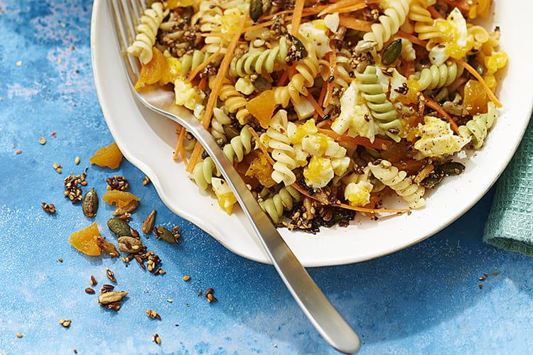 Salade de Torsettes aux abricots secs, œufs durs et graines