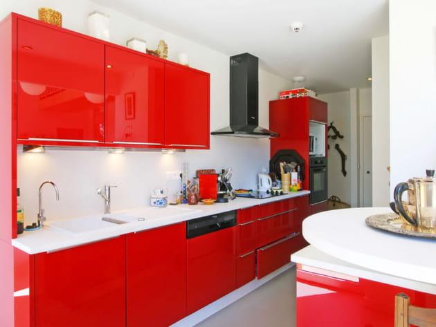 Une cuisine rouge contemporaine et épurée