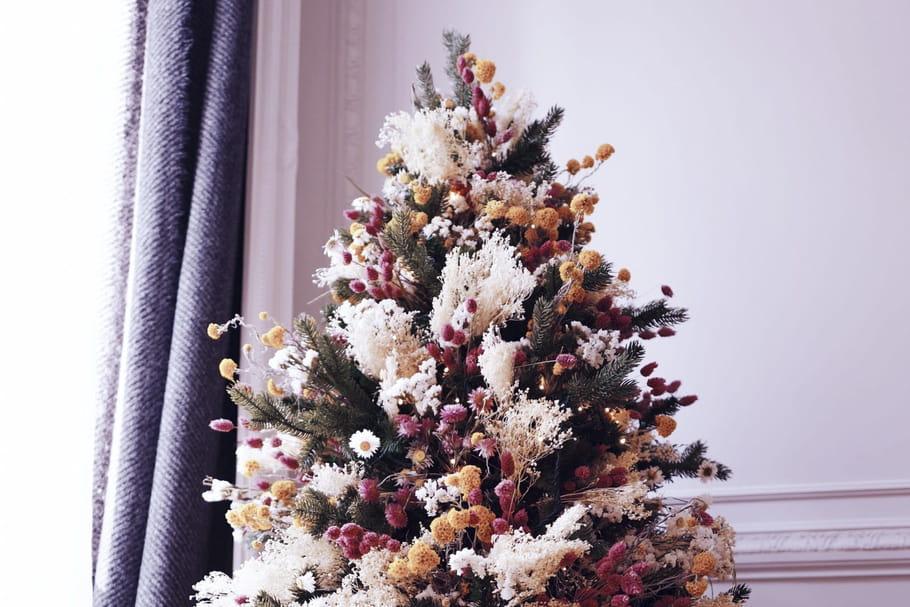 Chiche de décorer le sapin de Noël avec des fleurs hautes en couleur?