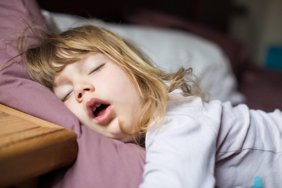 Apnée du sommeil chez l'enfant: symptômes et traitements