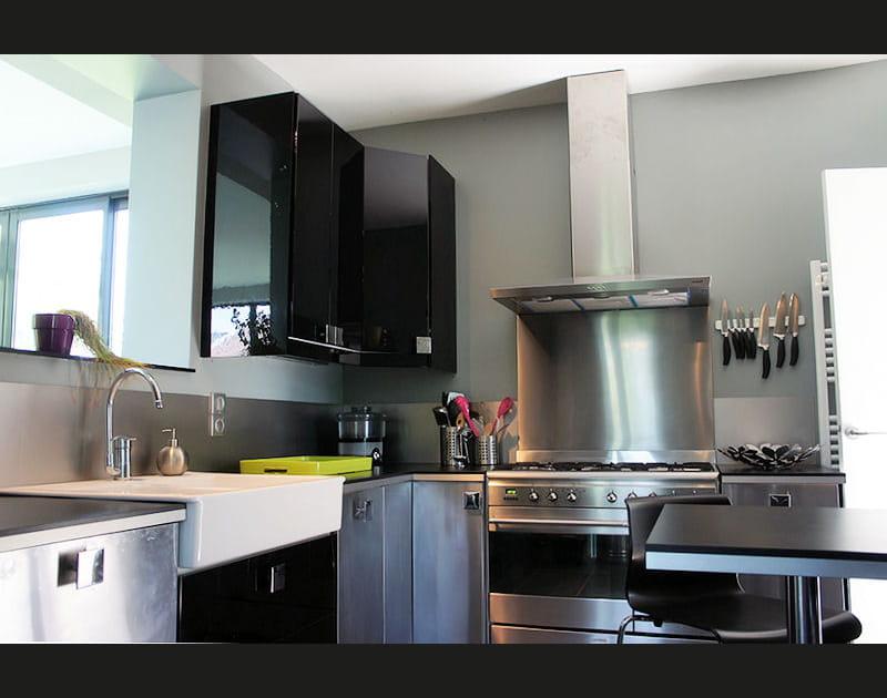 Inox et noir laqué dans la cuisine moderne