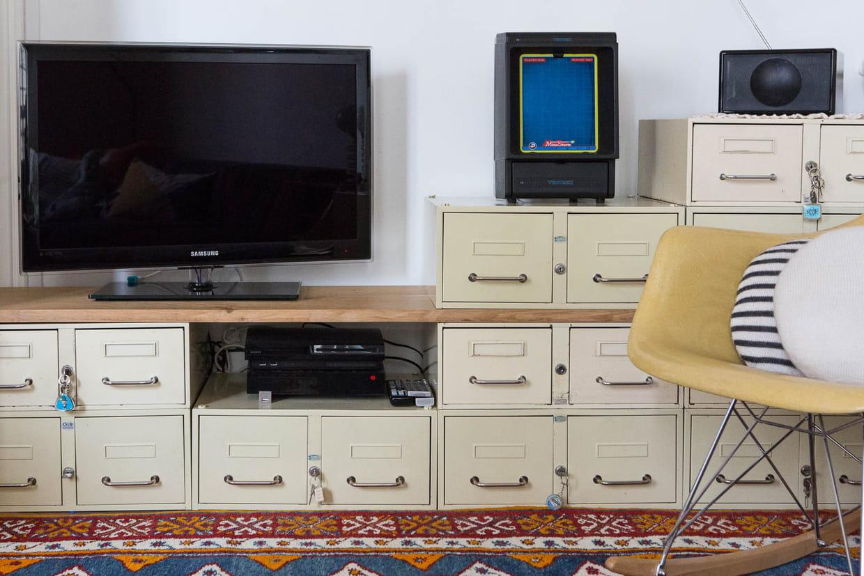 Des casiers pour un meuble t l original for Meuble tele fin