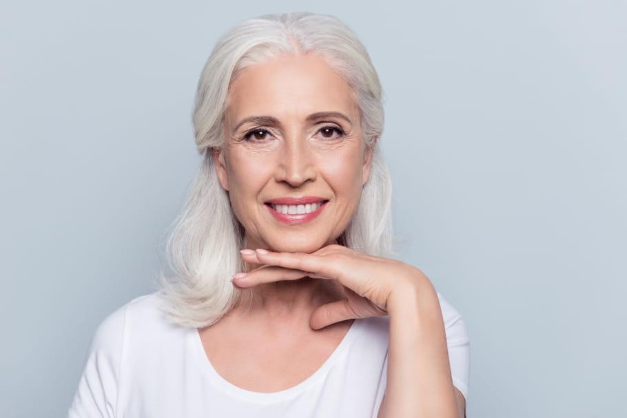 Tout savoir sur les cheveux blancs, colorés ou non