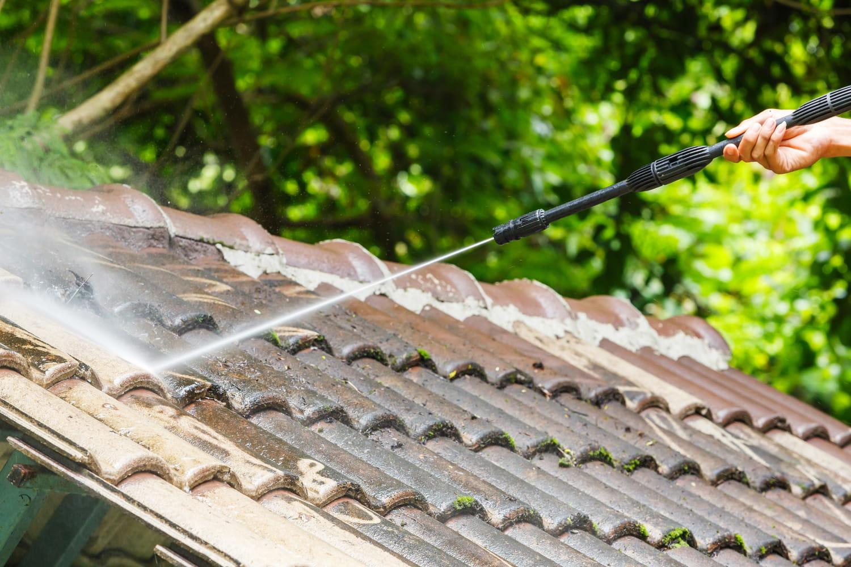 Nettoyage toiture: période, fréquence, produits et conseils