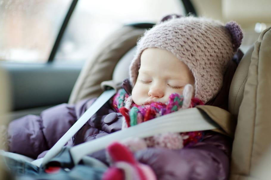 Siège auto: n'attachez pas votre bébé avec son blouson