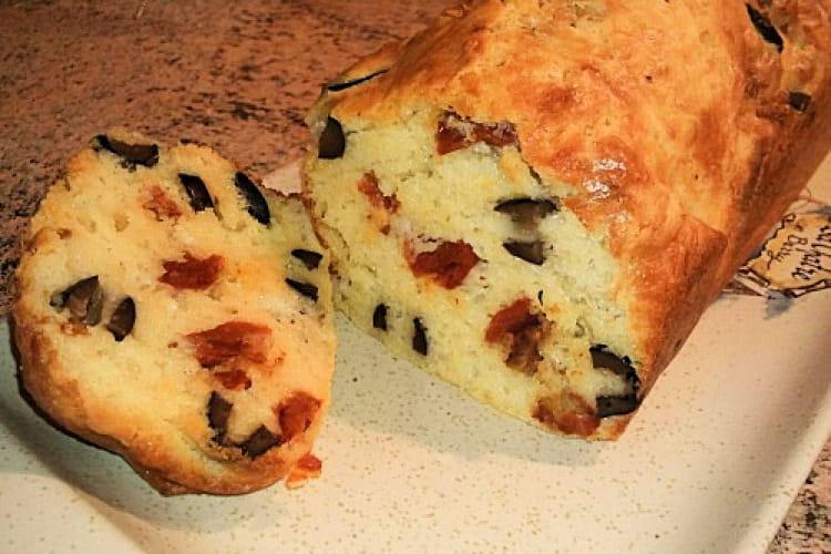 Cake aux olives et tomates séchées