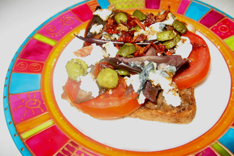 Tartine de tapenade, chèvre, tomate, aubergine