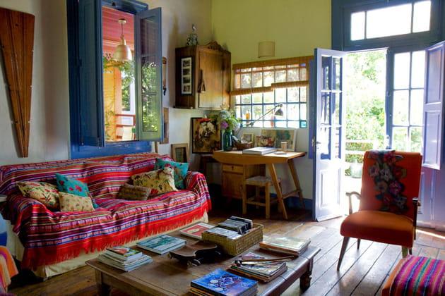 un salon lumineux et confortable. Black Bedroom Furniture Sets. Home Design Ideas