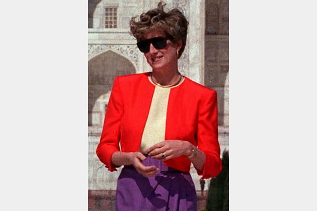 Lady Di en manteau rouge bas violet