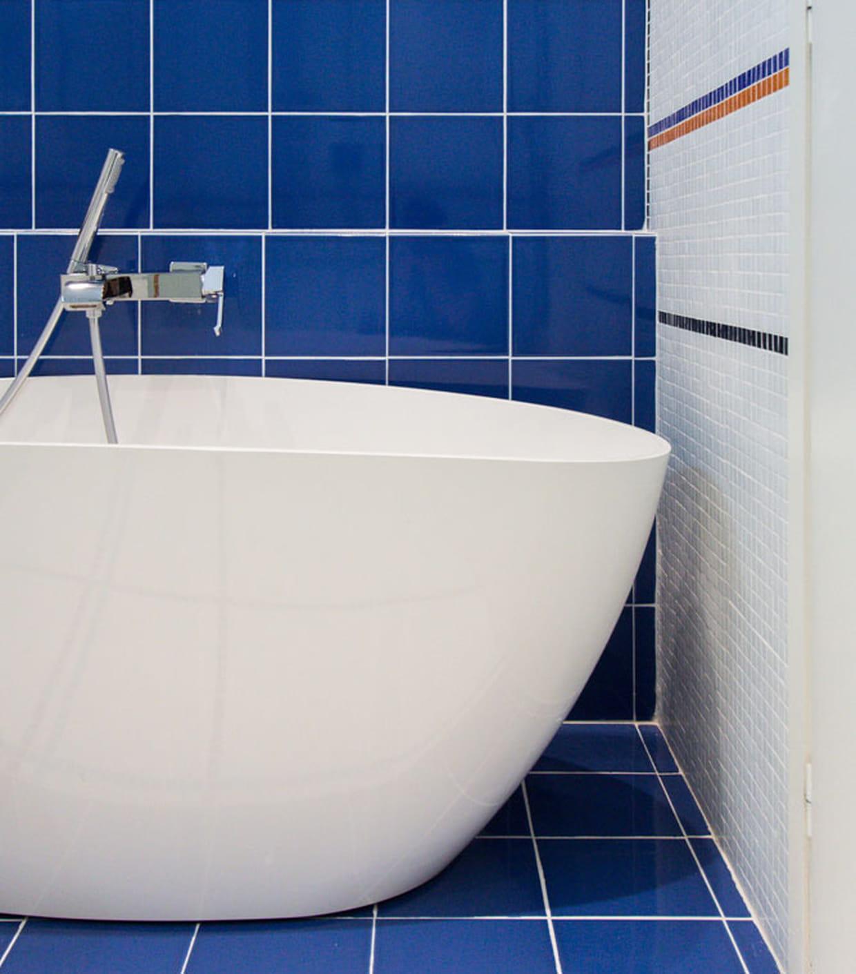 une baignoire comme un bateau. Black Bedroom Furniture Sets. Home Design Ideas