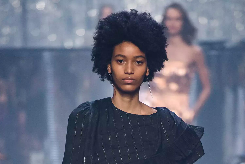 Cheveux courts et frisés: quelle coupe adopter?