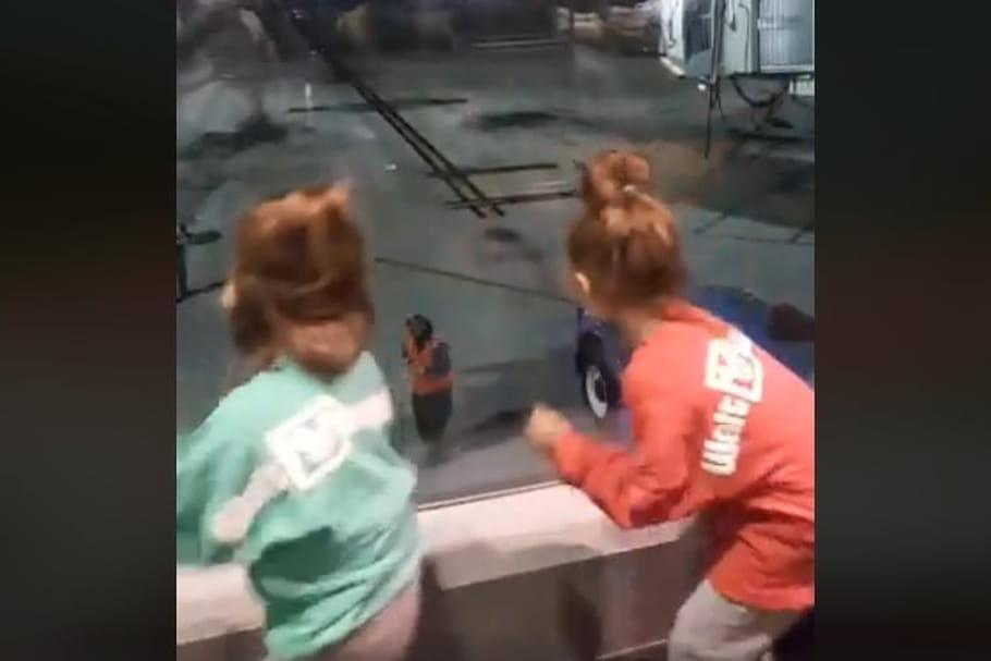 L'incroyable danse d'une employée d'aéroport et de deux fillettes