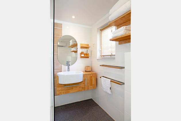 Une salle de bains en bois naturel