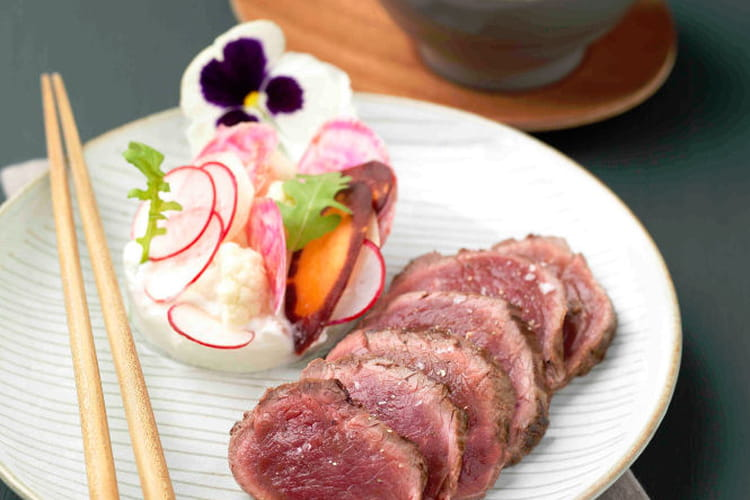 Filet de boeuf chateaubriand façon tataki, bouquet de légumes et cervelle de canut au citron vert et wasabi