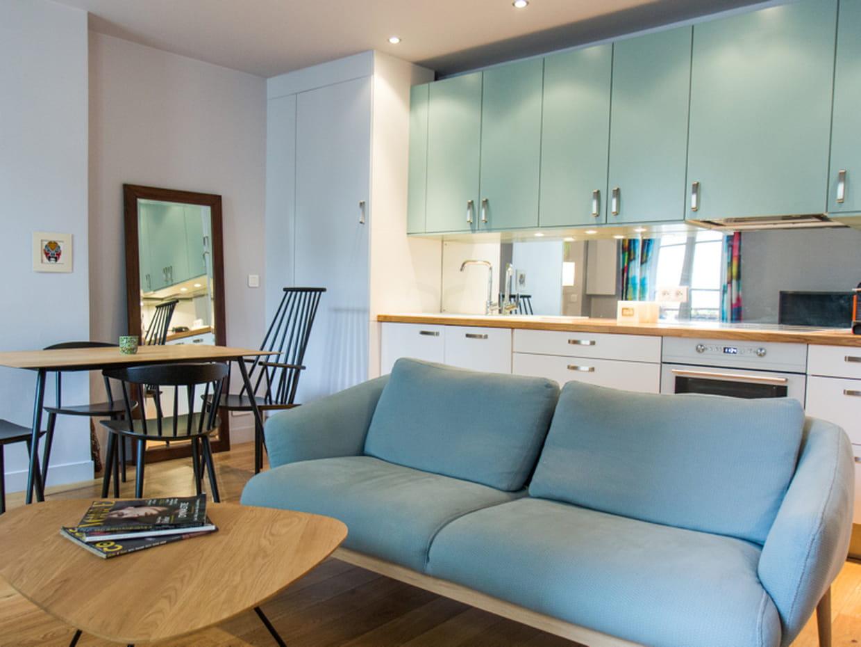 Une cuisine ouverte bleu clair for Cuisine ouverte nexity
