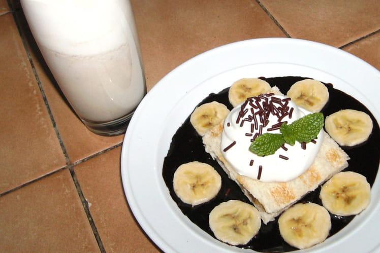 Croques et milk-shake banane sur coulis de chocolat