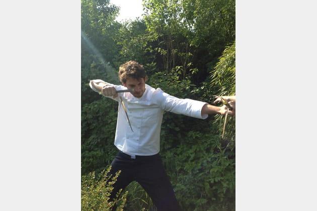 Alexis Braconnier joue du bambou debout