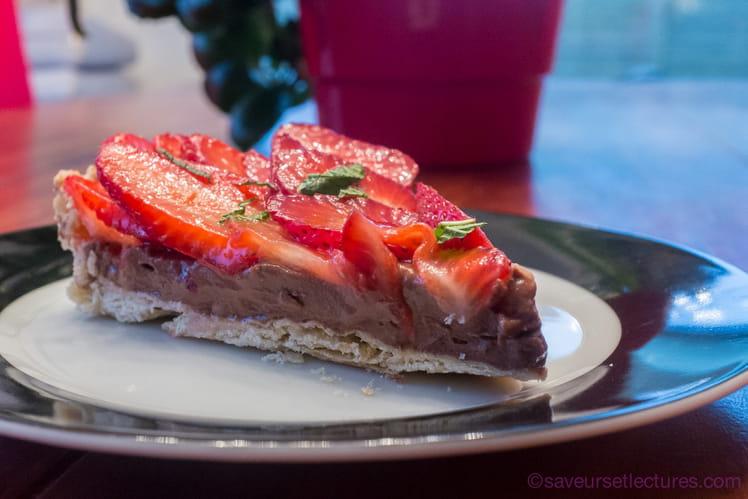 Tarte aux fraises sur crème pâtissière au chocolat