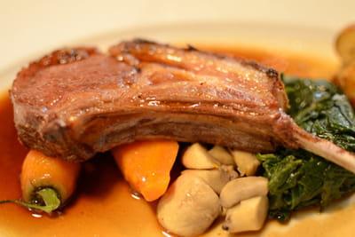 carré d'agneau et son jus au thym, pommes grenaille et légumes de saiso.