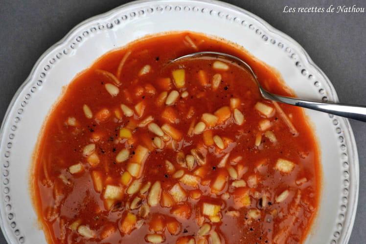 Potage aux tomates épicé au curry, dés de pommes et pignons de pin
