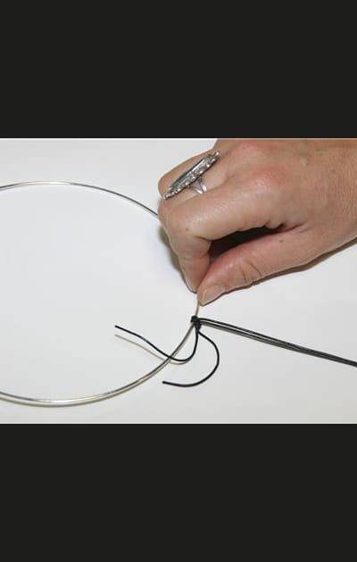 Créez vos bijoux pour les fêtes: nouer le lacet au ras du cou