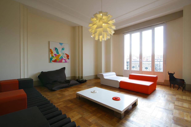 un salon au ras du sol. Black Bedroom Furniture Sets. Home Design Ideas