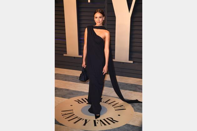 TOP: Jessica Alba en robe noire déstructurée Narciso Rodriguez