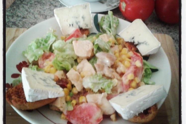 Salade poulet, maïs, salade, tomate et sauce au bleu