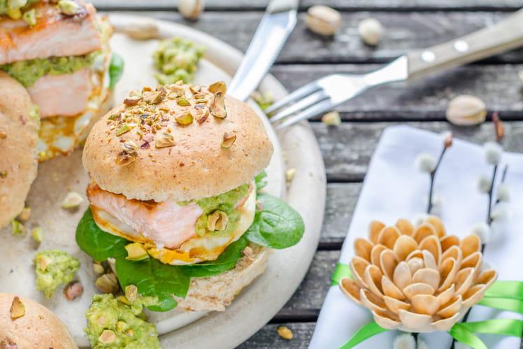 Burger de saumon, œuf à cheval et guacamole à la pistache