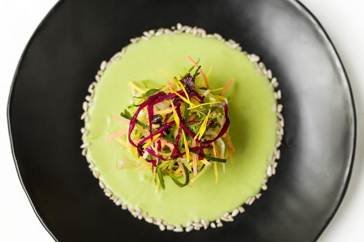 Salade de cabillaud froid aux olives, crème de pois frais, émincé printanier cru au vinaigre de riz et pétales de tournesol