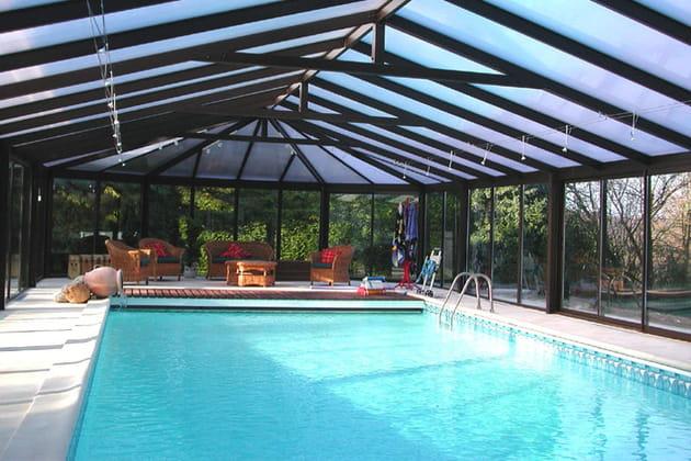 Une piscine extérieure couverte et chauffée