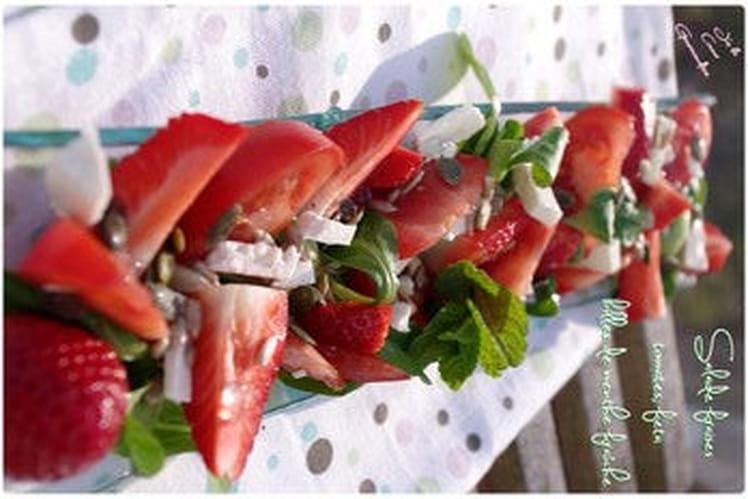 Salade de fraises, tomates, feta et billes de menthe