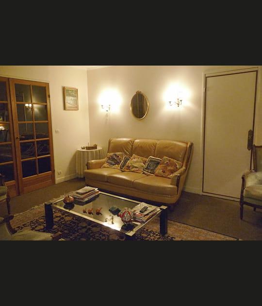 Avant: un canapé encadré de deux portes