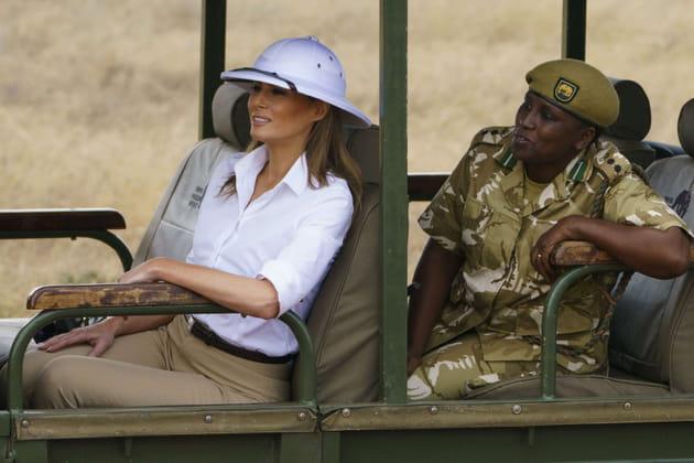 Melania Trump arbobre un casque colonial en Afrique... et crée la polémique
