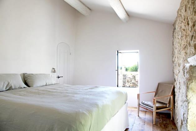 Poutres blanches dans une chambre sous les toits