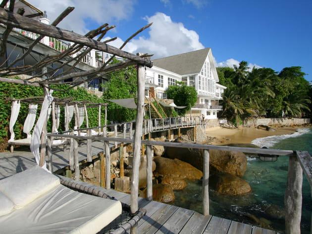 Au bord de l'eau, aux Seychelles