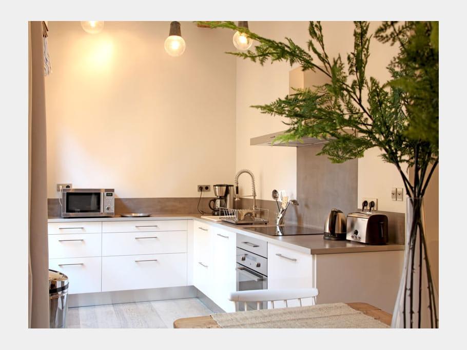 cuisine discr te cuisine blanche 40 pi ces immacul es et ultra lumineuses journal des femmes. Black Bedroom Furniture Sets. Home Design Ideas