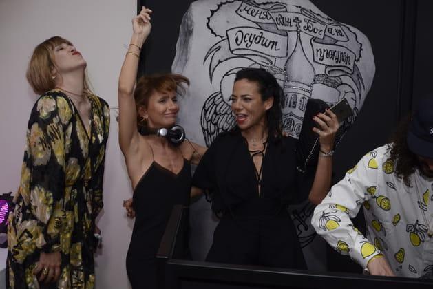Daphné Burki et Axelle Laffont s'éclatent à la suite Sandra & Co