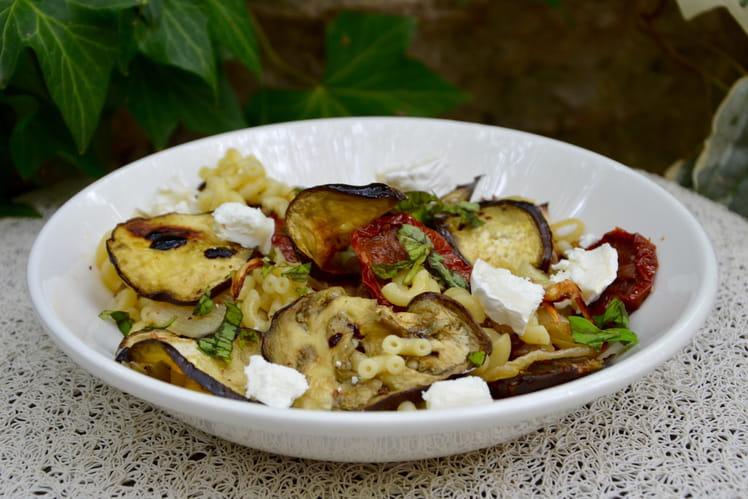 Salade de pâtes aux aubergines grillées, tomates confites et fromage de chèvre
