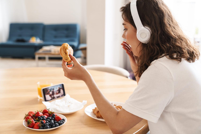 La science le confirme, le bruit change le goût des aliments