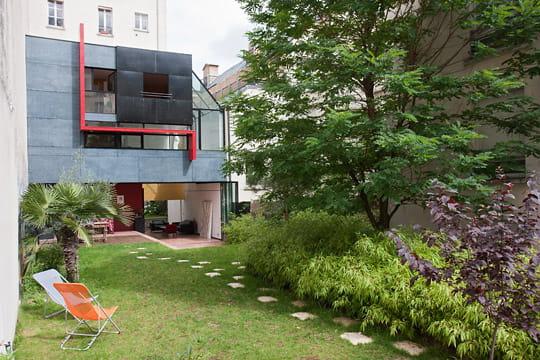 un cube abstrait dans un jardin. Black Bedroom Furniture Sets. Home Design Ideas