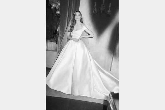 Une robe de mariée satinée
