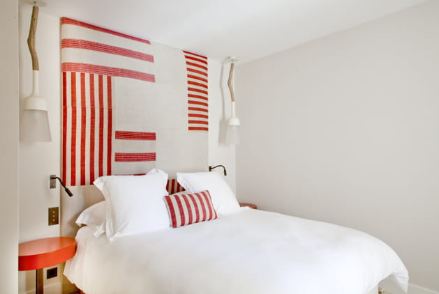 Chambre blanche rayures rouges