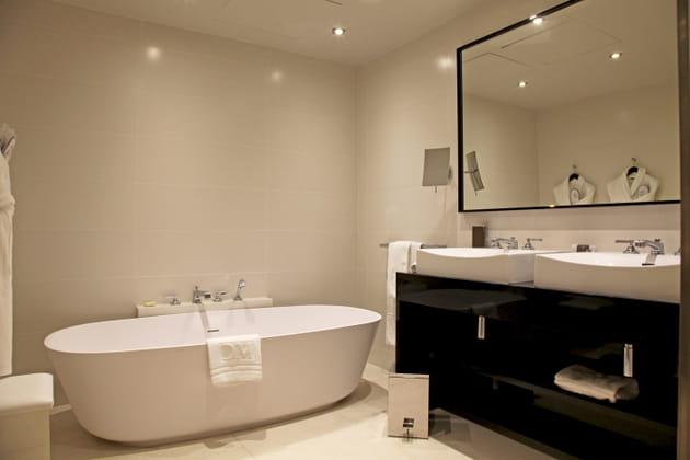 Une salle d'eau spacieuse et lumineuse
